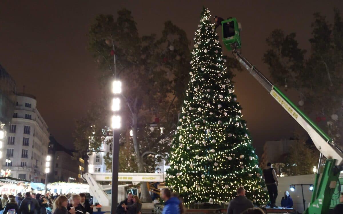 Christmas tree at Vorosmarty square.